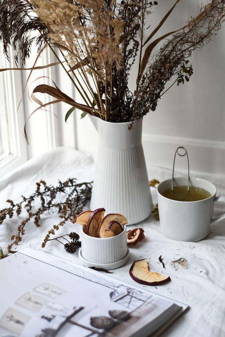 Autumn mood, tea and apple crisps. #minimalistic #stilllife #photography #autumn #apple #tea #flowers #herbs #minimalisticphotography #evasolo #danishdesign #scanvinavian #autumnmood