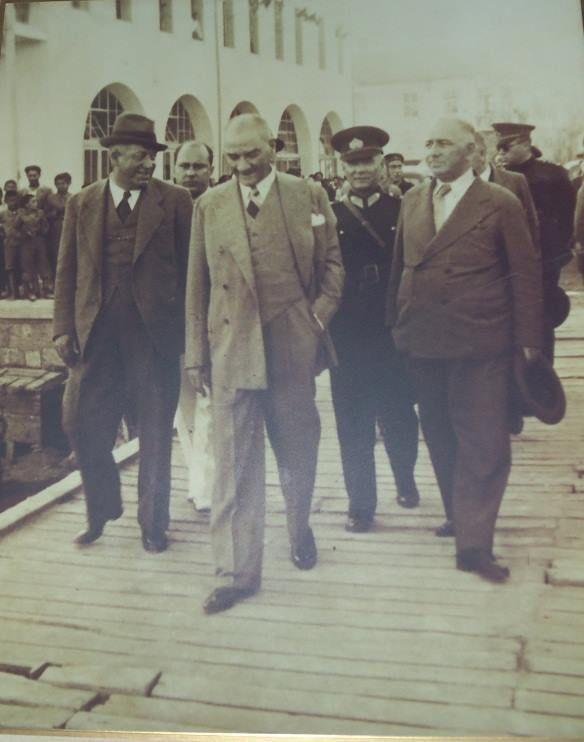 Mersin.... 20 Mayıs 1938...Mustafa Kemal ATATÜRK Yaverleri; Sağında Cevat Abbas GÜRER ve Solunda Salih BOZOK ile birlikte Mersin Limanı ve Gümrük İskelesindeki incelemeleri esnasında...