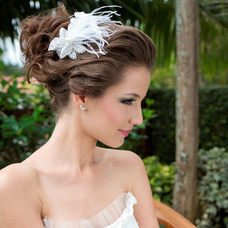 A tiara bordada para noivas fica linda em penteados de noivas tais como coques, cabelos semi-presos, e cabelos soltos, com ou sem cachos, estes tendência forte em penteados para noivas. Foto: Taciana Valadares www.mercedesalzueta.com.br