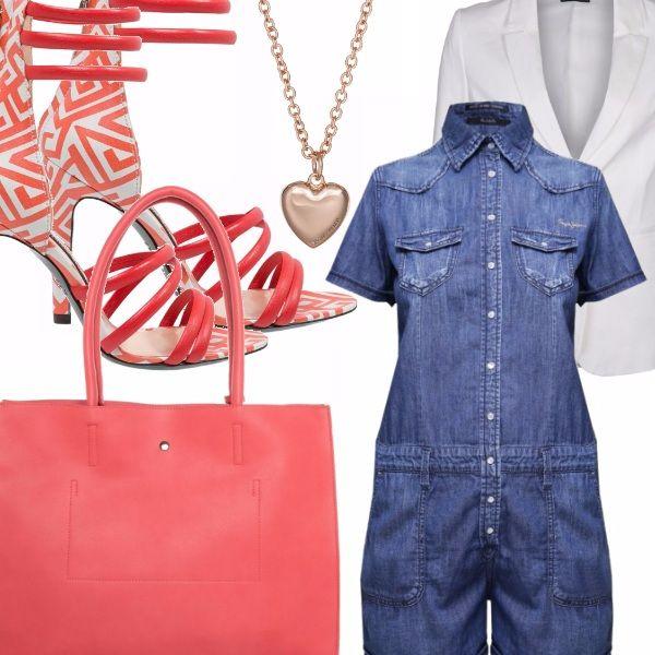 Romper in jeans a maniche corte con abbottonatura sul davanti, blazer bianco, sandali allacciati alla caviglia con tacco alto e disegni geometrici rosa su sfondo bianco, borsa shopper rosa, collana lunga con ciondolo a forma di cuore in metallo rosa antico.