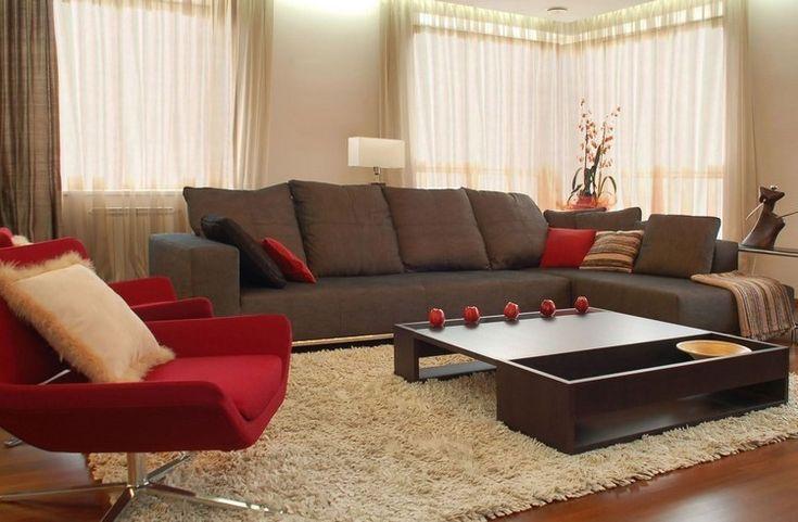sofá gris y sillón rojo en el salón moderno