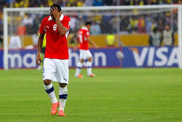 12 de Octubre de 2012/QUITO   Arturo Vidal (en la imagen) se lamenta la derrota frente a Ecuador durante el partido valido por las eliminatorias para Brasil 2014, entre las selecciones de Ecuador vs Chile, jugado en el Estadio Olímpico de Atahualpa.   Foto:ALEXA REYES/VISTA PREVIA/AGENCIAUNO
