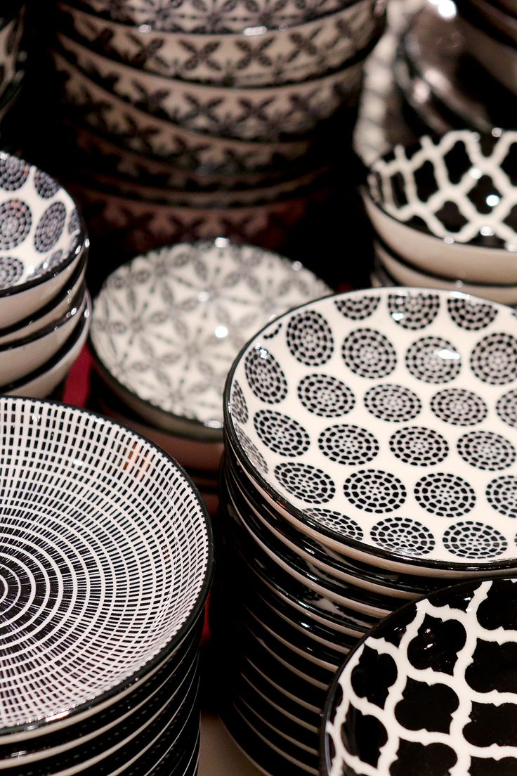 Keramik Geschirr In Schwarz Weiß Schwarzes Geschirr Geschirr Bemalte Schalen