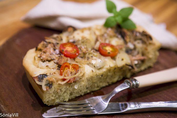 Tudo começou com uma vontade de fazer uma janta gostosa a partir da ideia de fazer uma focaccia. Um pão leve e aromático aproveitando os ingredientes que tivéssemos na despensa. Na falta do alecrim fresco, …
