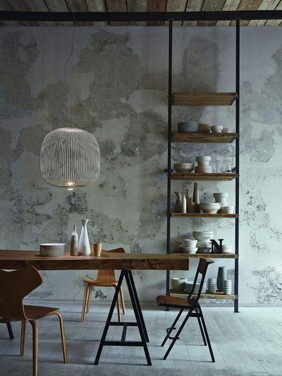 salle a manger boheme table treteaux métal  chaises depareillees bois luminaire design suspension foscarini spoke mur vieilli