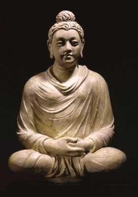 """Através da busca de orientação e meditação, Sidarta disse ter atingido a iluminação. A partir desse ponto, ele ficou conhecido como Buda, que significa """"Iluminado"""". Pelo resto de sua vida, Buda viajou grandes distâncias, ensinando as pessoas sobre um caminho para a salvação. Após sua morte, seus discípulos continuaram a espalhar seus ensinamentos.O Budismo ofereceu esperança e acesso a compreensão espiritual e satisfação para as pessoas comuns. Hoje, muitos ainda seguem os ensinamentos de…"""