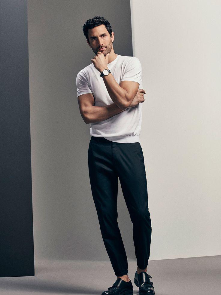 Tarz ve duru� sahibi erkekler i�in temel k�yafetler. Rahat pamuklu kuma�tan �retilmi� jogging tipi pantolon. Slim cut, fermuarl� ve ki�iselle�tirilmi� d��me iliklemeli, iki yan cep, fermuarl� bir bozuk para cebi, ilikli iki arka cep. Marka amblemi kabartmal� aplike detay�, kemer k�pr�leri ve elastik man�etli pa�a. �zel Limited Edition koleksiyonuna aittir.