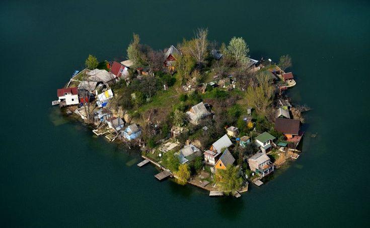 Jó eséllyel az ország legkevésbé ismert nyaralóhelye a Csepe-Szigetszentmiklós Kavicsbánya tavak tó- és szigetrendszere.  Több mint ötszáz ház épült fel a madártávlatból édeninek látszó szigeteken. Ezek közül a legtöbb horgásztanya és nyaraló, de megközelítőleg hetven család egész évben itt él.