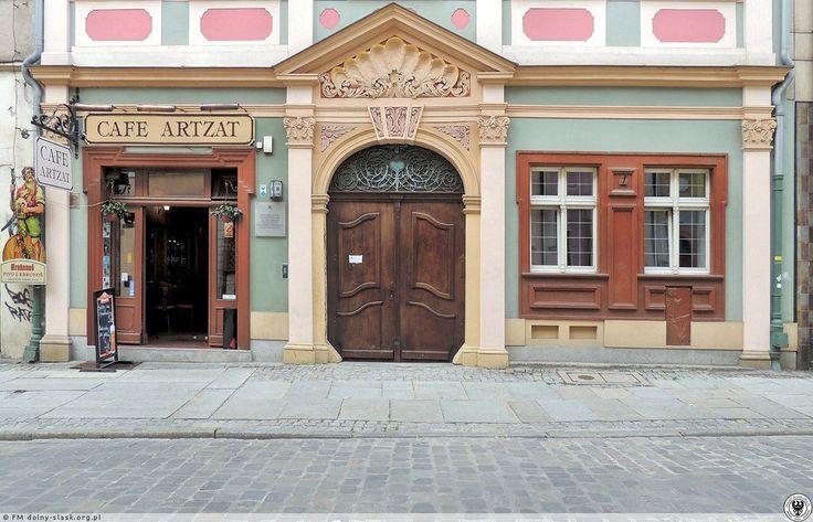 Parter kamienicy, po lewej stronie wejście do Cafe Artzat miejsca spotkań sympatyków WA.