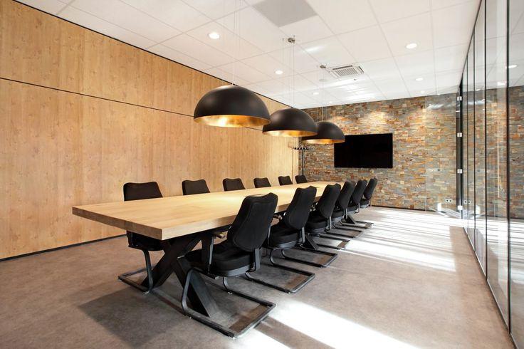 Vergadertafel 500 x 120cm, tafelblad geheel uit 1 stuk, exclusief op maat gemaakt voor Hermsen Interieurbouw te Nijmegen.