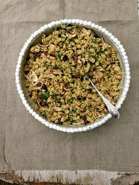 Kylling- og pastasalat med pesto, oliven og soltørkede tomater, sommerens salat! For denne og andre gode salat oppskrifter besøk bloggen Mat på Bordet.
