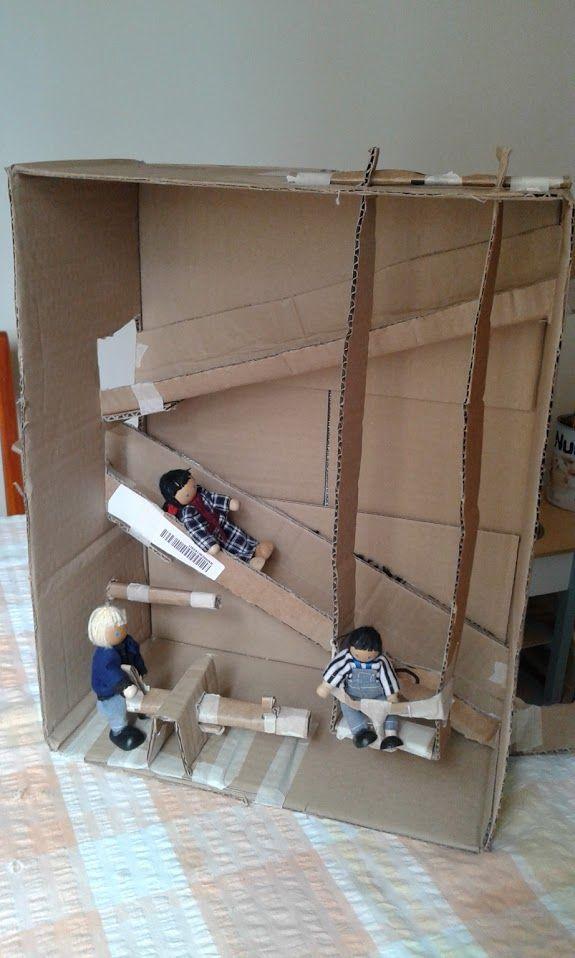 Pacco giochi :)  Ci sono due scivoli, un'altalena e un dondolino. Come la maggior parte dei giocattoli di cartone che faccio a mia figlia non è rifinito. Tanto li sfascia presto :)