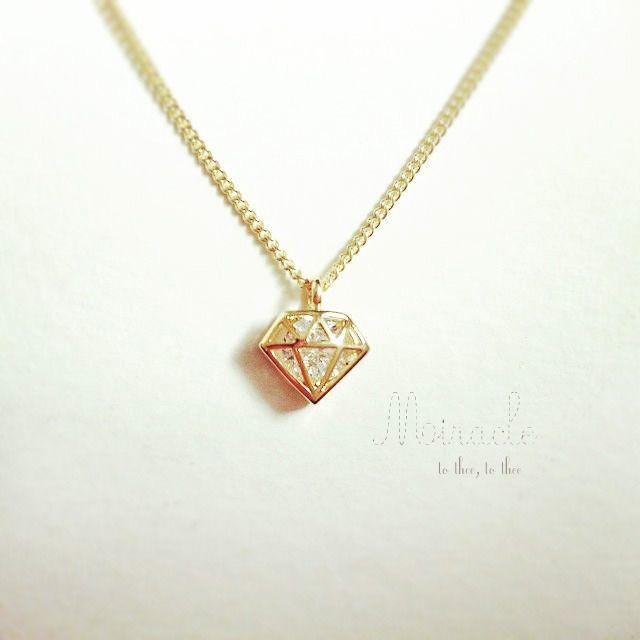 :miracle:・・・・・・・・・・・・・・・・・・・・・・・・・・・・・・・・・・・・・・・・・・・ シンプルなダイアモンドのモチーフを、華奢なチェーンに通したネックレス。硬度の一番高い鉱石は、それ自体が地球が産んだ奇跡といいます。ダイアモンド型の多角形のなかに、控えめにきらきらと光るクリスタルが埋め込まれているチャームが可愛らしい、アジャスターつきのシンプルなネックレスです。 ...