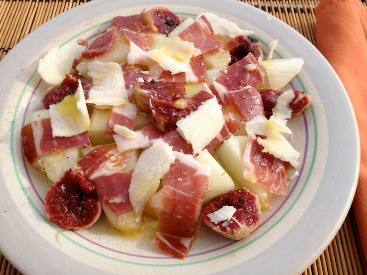 Ensalada de melón e higos con jamón y queso Parmesano. Aliñada con sal maldon y aceite de oliva virgen extra.