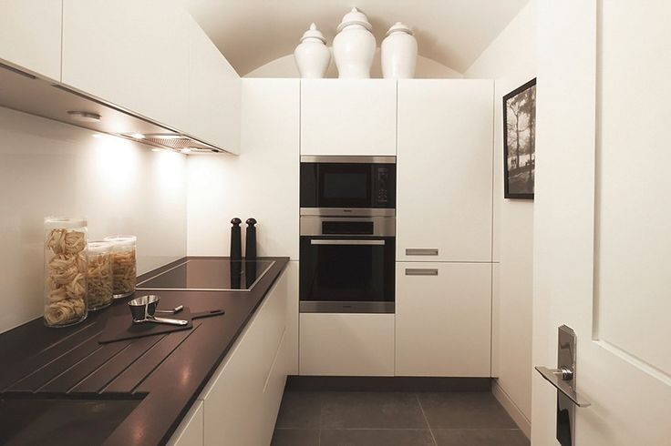 белая угловая кухня модерн с пеналом