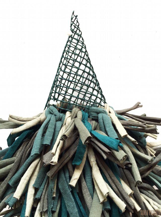 Entre todas las cosas que tengo en mi lista para hacer, una de las más antiguas es este árbol de navidad con trapillo  para el que no hace...