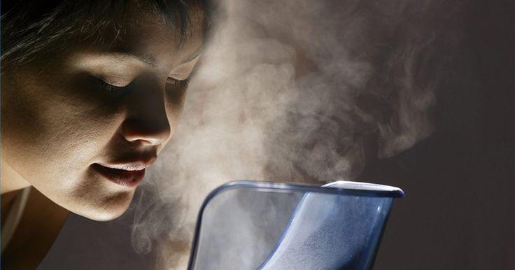 Como usar um vaporizador. Durante a temporada de gripes e resfriados todos nós, em algum momento, sofremos com o nariz escorrendo, congestão nasal e tosses. Um dos fatores ambientais que pode torná-los piores é o ar seco. O ar tende a ser mais seco em casas durante os meses em que o aquecedor está ligado e as portas e janelas são mantidas fechadas. Utilizar um vaporizador ...
