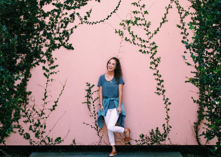 Pink wall at the Ringling Museum in Sarasota, FL #outfit #ootd #whitejeans #whitejeansoutfit #casualoutfit #highclasslowcash #ringling #sarasota