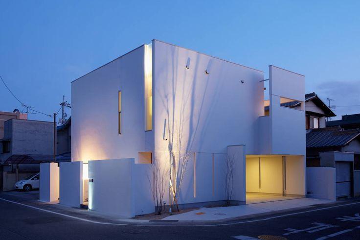 今回ご紹介するのは、透き通るような真っ白い外壁が印象的な家です。住宅地に建つこの家は、2台分のビルトインガレージを持ち広…