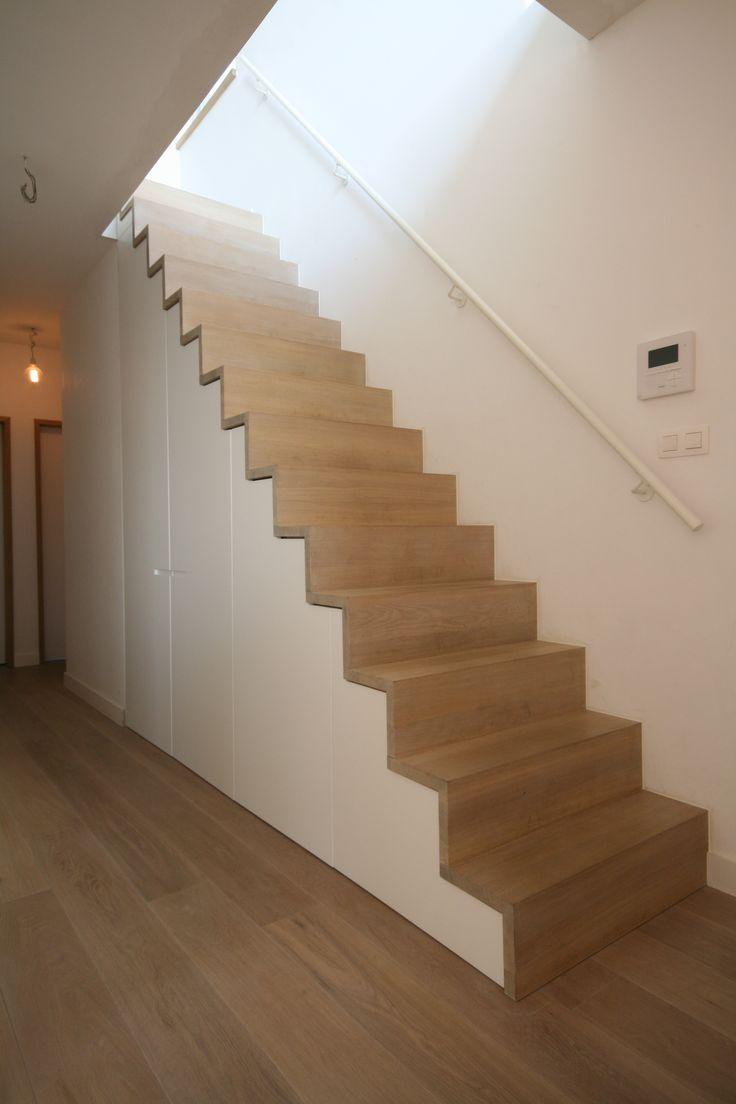 Maatkastonder de trap De mooie eiken trap zou met zijn vorm en materiaal steeds op de voorgrond blijven. Opdracht dus om de kast onzichtbaar in te bouwen….opdracht geslaagd!