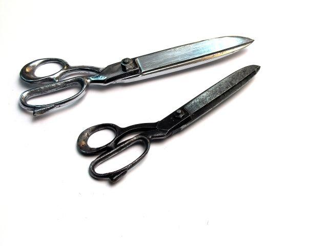 Nożyczki - używa się kilka rodzajów nożyczek. Do krojenia papieru nożyczki mają ostrza wąskie o długości do 25 cm. Nożyczki do kartonu są krótsze, masywniejsze, z dolnym uchem rozszerzonym w celu zapewnienia mocnego uchwytu. Do drobnych robót stosuje się małe, lekkie nożyczki, z wąskimi spiczastymi końcami.