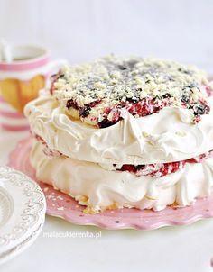 Tort Bezowy z Czarną Porzeczką PAVLOVA