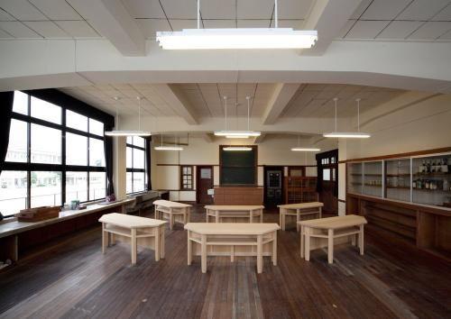 校舎2階の理科室。地元出身の篤志家、古川鉄治郎の多額の寄付によって豊郷小学校の建設は実現した。古川が特に力を入れたのが理科教育だ。机は復元したもの(写真:車田 保)