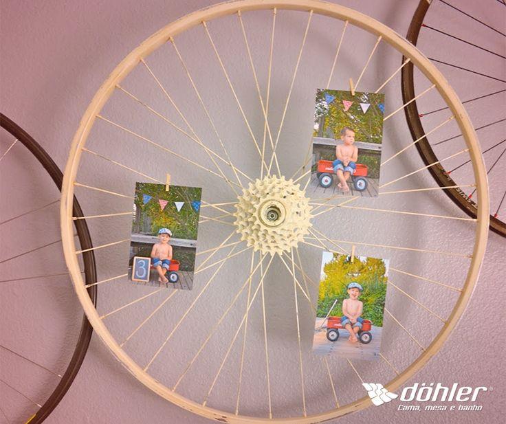 Quem disse que é preciso seguir regras para decorar? Com criatividade, você transforma objetos como as rodas de uma bicicleta em um mural pra lá de diferenciado. Experimente! #diy #mural #fotos #bicicleta #dohler