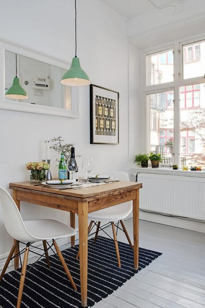 Mobili in stile scandinavo, tavoli e lampada a sospensione in legno, pavimento bianco