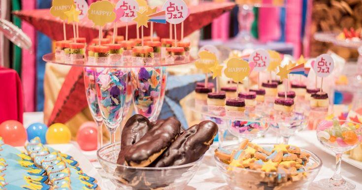 今年1月に原宿のラフォーレミュージアムにて開催されたイベント「占いフェス」。プレス様向けのパーティーにて、原宿ならではの世界観をまとった、カラフルでハッピーなイメージのブッフェをつくらせていただきました。今年の干支である「酉(鳥)」をモチーフにしたアイシングクッキーや、スイーツのように見えるお料理など、細部にこだわりをのせたブッフェ。