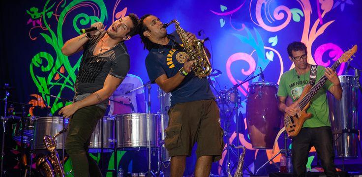 A Banda EVA inicia a temporada com cantores sertanejos.