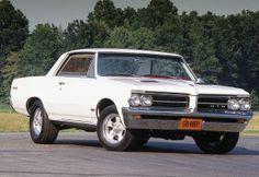 Pontiac1964 GTO grande nouveauté de l'année 1964. Considérée par plusieurs comme la vraie première (Muscle car), Pontiac a vu le potentiel d'un de gros bloc-moteur dans une voiture  intermédiaire à un prix plus que raisonnable. La GTO était en fait , l'option performance de la Tempest Lemans C'était le la voiture  attitrée par GM,  pour attaquer le marché du Muscle car. Total des ventes: