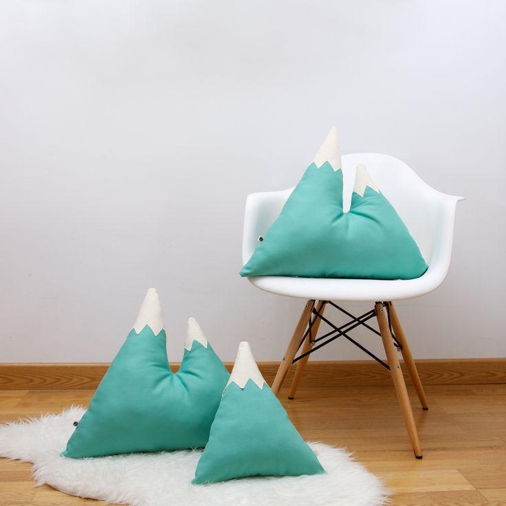 Cojín MONTAÑA MINT (2 PICOs) Si tu corazón pertenece a la montaña necesitarás este cojín. Perfecto como almohadón y para decorar cualquier rincón de tu hogar.