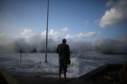Ураган «Ирма» обрушился на Гавану       Действующий в районе Карибского бассейна ураган «Ирма» обрушился на Кубу. Многометровые волны накрывают гаванскую набережную Малекон. Восьмикилометровая набережная и прилегающие к ней улицы закрыты для автотранспорта и безлюдны. В городе весь день дул шквалистый ветер и шел сильный дождь.