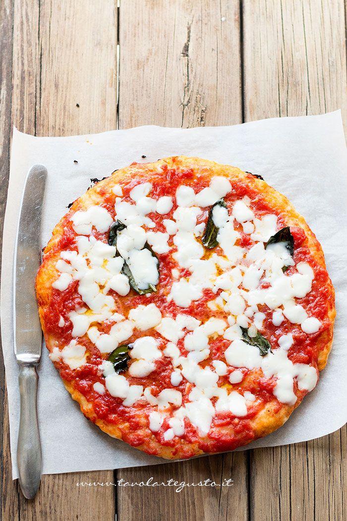 La Pizza in padella è una pizza buonissimae super veloce, senza lievitazione e senza forno, si cuoce semplicemente in padella, sul fornello della cucina! Pensate, una pizza pronta in tavola in sol…