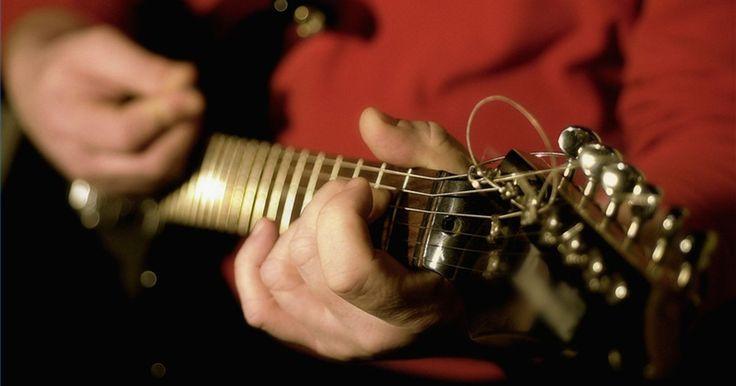 Cómo reparar las clavijas de una guitarra. Mantener tu guitarra en buenas condiciones no sólo es importante para la vida de tu guitarra, sino también para la calidad de su música. Revisa las clavijas a menudo y repara cualquier daño tan pronto como lo veas para asegurar que tu guitarra siempre esté lista para tocar.