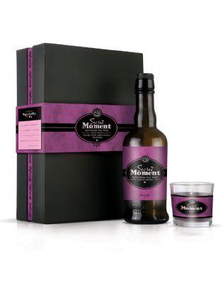 Kit Secret Moment  Este kit le ayudará a iniciar un dulce romance, disfrutando de este vino junto al aroma afrodisiaco de la vela que hará aumentar el placer propio y el de la pareja.  Contiene  + Vino afrodisiaco de Oporto 375 ml  + Vela con perfume afrodisiaco