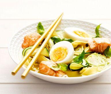 En rykande het buljong blir till en komplett måltid när du toppar den med proteinrika ägghalvor och laxbitar. Tortelloni bjuder på kolhydraterna och brysselkålen på vitaminerna, så kostcirkeln är sluten!