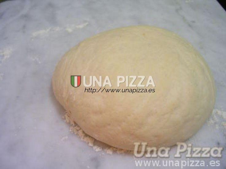 Vamos a crear una masa excelente de manera casera con ingredientes que se encuentran en cualquier tienda o supermercado. Estos son harina, agua templada, sal y levadura fresca. Por ahí circulan numerosas recetas para masa de pizza, que incluyen aceite de oliva, mantequilla, azúcar, etc, pero estos ingredientes incumplen con la denominada Vera Pizza Napoletana. Por lo que nuestra pizza solo contendrá harina, agua, sal y levadura.