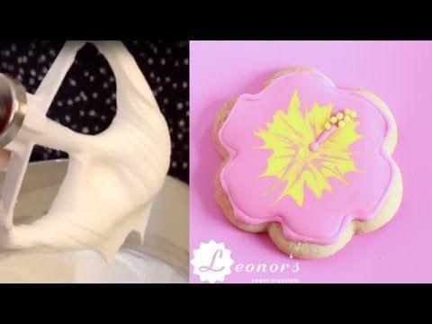 Royal icing bzw. Eiweißglasur. Dieses Rezept benutze ich um Plätzchen zu dekorieren oder Details auf Cupcakes, Macarons oder Cake-Pops zu spritzen.  Ihr braucht: - 175 g warmes Wasser - 5 EL Meringue Powder oder Eiweißpulver - 1 TL Cream of Tartar oder Weinsteinpulver - 1 Kg Puderzucker gesiebt - Optional: Lebensmittelfarbe (Gel, Paste oder flüssig)