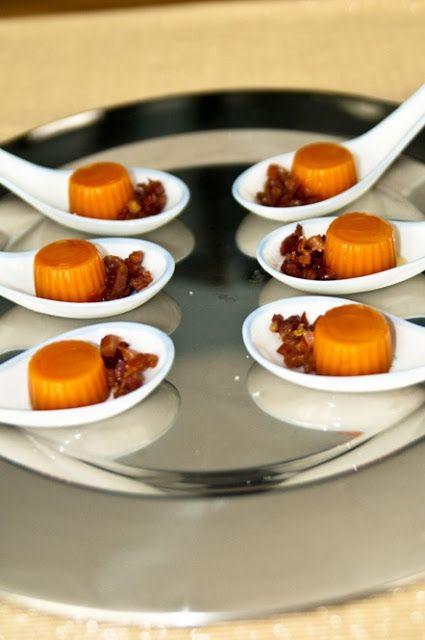 Cucharitas de gelatina de gazpacho con jamón.