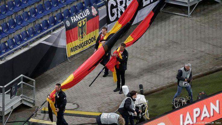 """Es sollte ein Fußballspiel als """"Symbol für Freiheit und Demokratie"""" werden. Doch wegen eines drohenden Sprengstoffanschlags wurde das Länderspiel Deutschland gegen die Niederlande zwei Stunden vor dem Anpfiff abgesagt."""