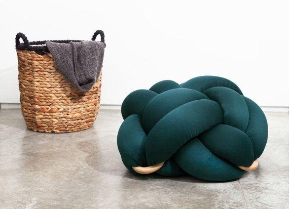 Middellange knoop vloer kussens in donkergroen door KNOTSstudio