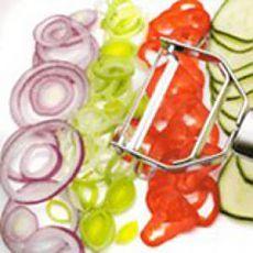 Салаты из различных компонентов – с мясом или ветчиной, рыбой или яйцами, овощами, нарезанные ломтиками, кружками или соломкой, будут радовать глаз, если компоненты для них нарезаны красиво и ровно.