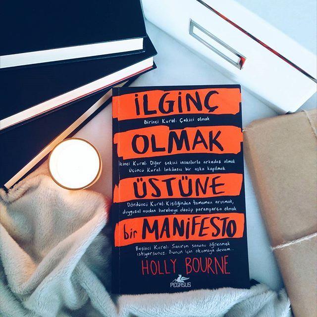 """""""Bu benim yolculuğum, kendimi harika bir yazara dönüştürmek, ilginç bir insana dönüştürmek için kendime çizdiğim bir yol. Ama seni uyarıyorum, ilginç olmaya giden yol hiç kolay değil.""""  İlginç Olmak Üstüne Bir Manifesto - Holly Bourne Çev: Sevinç Seyla Tezcan Tür: Genç & Yetişkin Sayfa: 400 Kitabı incelemek için:"""