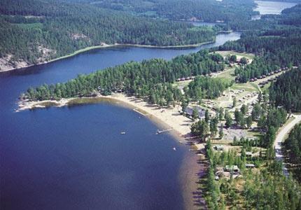 Pinnarp Camping i Kisa, nära Astrid Lindgrens Värld. Barnvänligt, sandstrand. Brevid campingen finns en 9-håls golfbana samt ridstall.