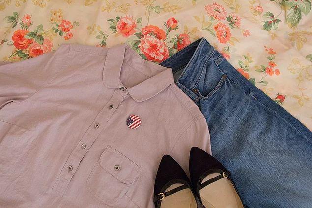 """Gri gömlek, kot pantolon ve siyah babet giyiyordum. Yakamda Amerikan bayrağı rozeti vardı çünkü o gün seçim günüydü."""""""