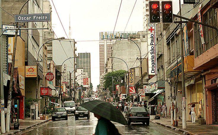 Vista geral da rua Augusta, na esquina com a rua Oscar Freire em janeiro de 1998