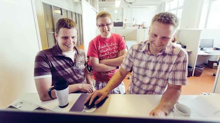 Työnteon ei tarvitse aina olla niin vakavaa! Kuvassa Daniel, Antti-Jussi ja Timo Tampereen toimistolla.