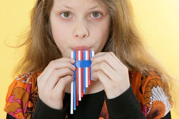 Basteln mit Kindern: Basteln Sie mit Ihrem Kind eine Panflöte aus bunten Strohhalmen. Mit diesem selbst gemachten Musikinstrument kann ihr Kind musizieren.